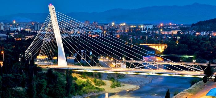Puente Millenium sobre el río Moraca