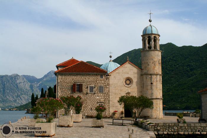 Iglesia de Nuestra Señora de las Rocas en la isla artificial