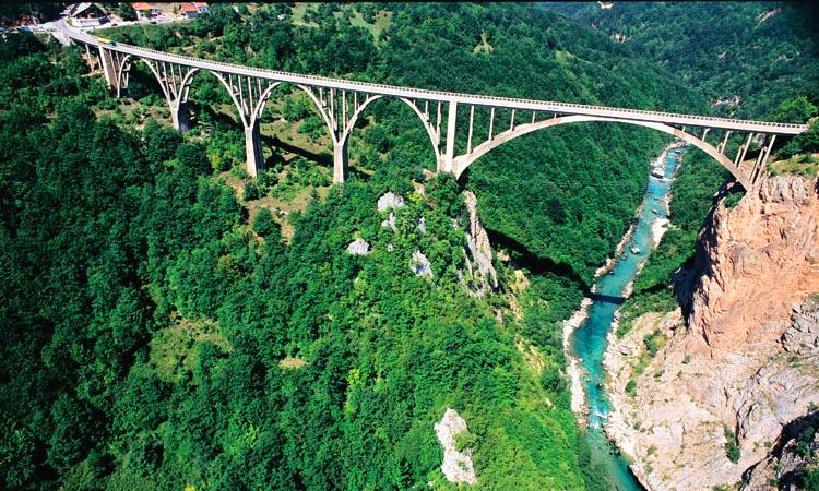 Puente de Djurdjevica sobre el río Tara